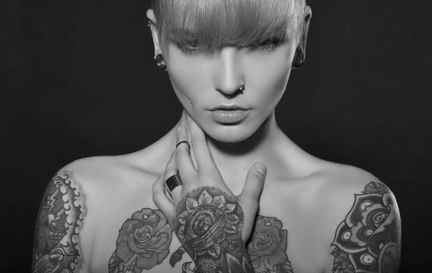 Tatuaje en tinta negra