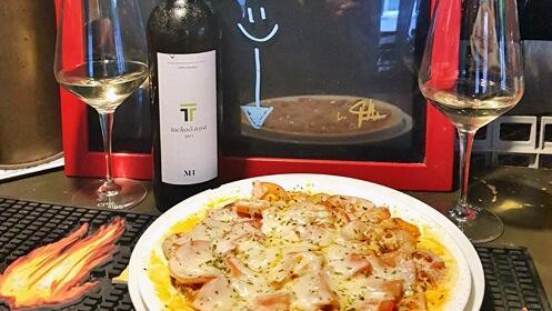 Rueda de 8 canapés, ración de provolone y botella de vino