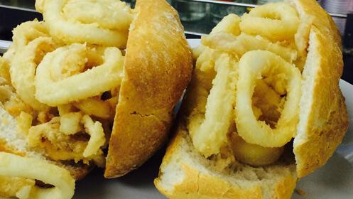 Chapatas de calamares, rueda de patatas, torrezno y cañas