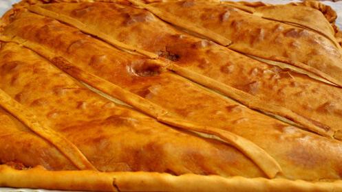 Sabrosa empanada casera de jamón, atún o morcilla