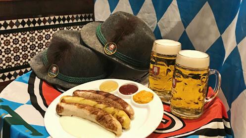 Vive el Oktoberfest con salchichas y cerveza alemana