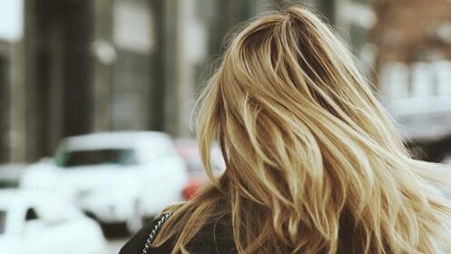 Renueva tu cabello con sérum reparador y peinado
