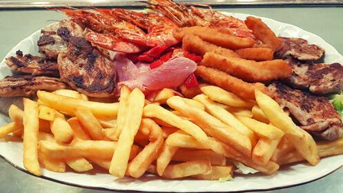 Pasa el día en la piscina con menú y bebida desde 4,50€